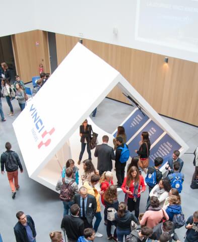 Locaux de Ense3 avec Vinci et des étudiants