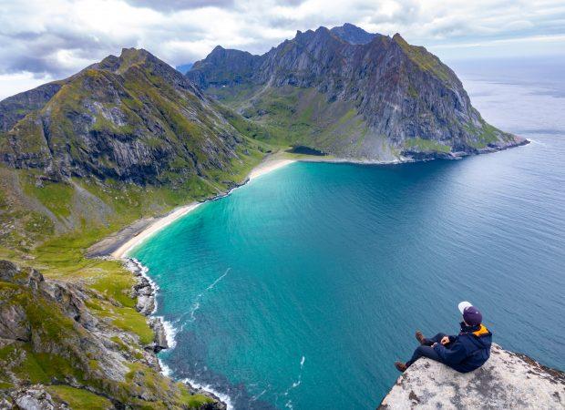 Vue océan et montagne avec un étudiant en premier plan